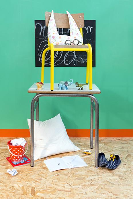 Mise en scène et shooting photo des bureaux et chaises d'école vintage, chinés et restaurés par Les Trafiquantes®, en vente sur Etsy.
