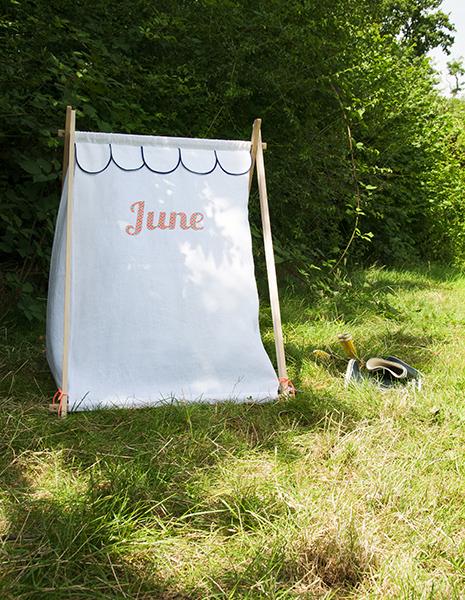 Photos d'ambiance, tente tipi pour enfants June, une création des Trafiquantes, à personnaliser sur le select-store de la création artisanaleFOR ME LAB.